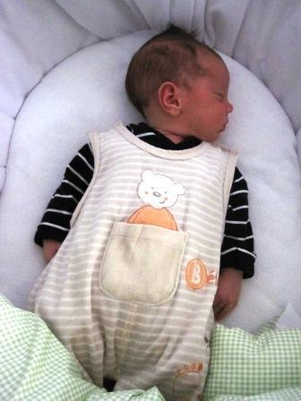 babys umgreifen daumen im schlaf